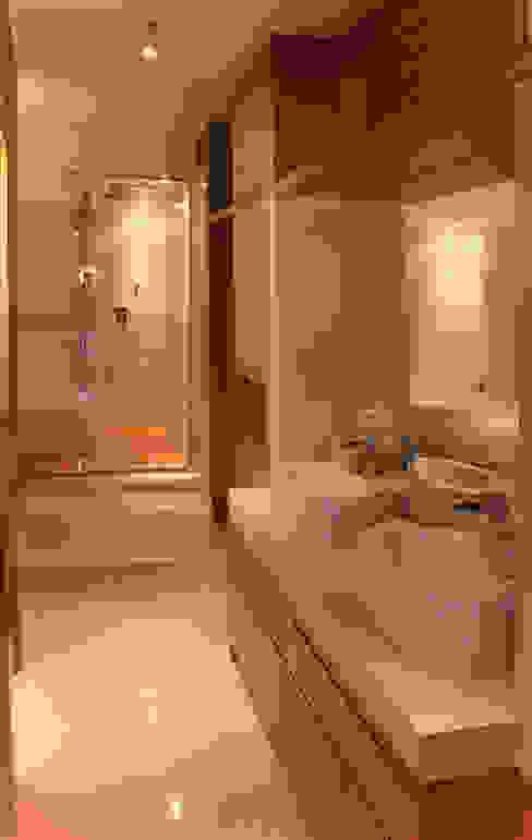 Bagno Bagno moderno di UAIG   Ufficio Architettura Interni Grammauta Moderno