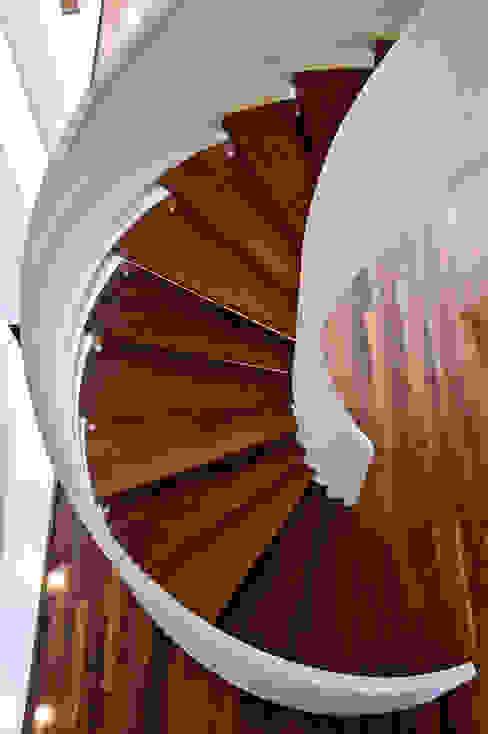 Escada Corredores, halls e escadas modernos por Maurício Queiróz Moderno