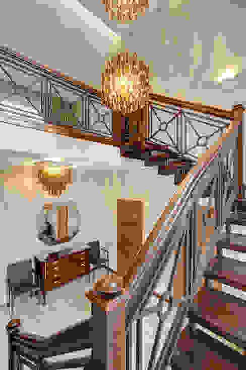 Лестница Коридор, прихожая и лестница в классическом стиле от Технологии дизайна Классический