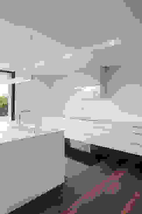 Kitchen by Estúdio Urbano Arquitectos , Minimalist