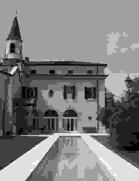 La casa recuperata e la piscina Piscina moderna di architetti5 Moderno