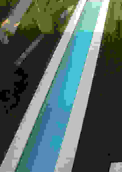 Acqua e verde Piscina moderna di architetti5 Moderno