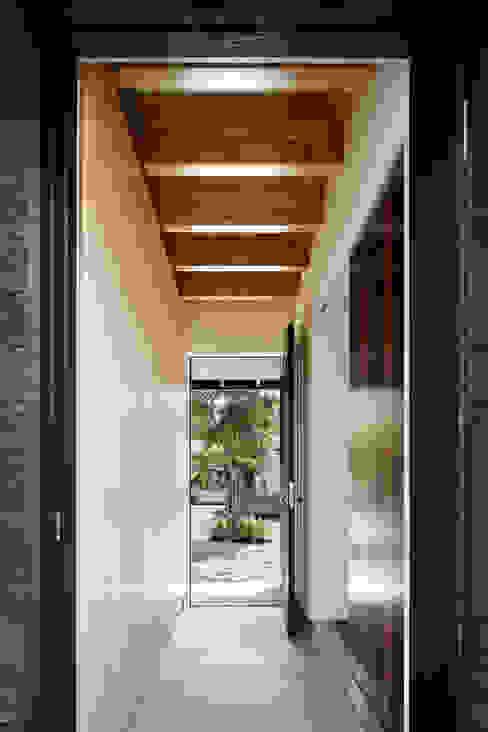 Modern corridor, hallway & stairs by 山田伸彦建築設計事務所 Modern