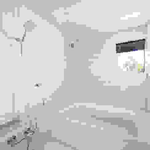 Modern bathroom by 山田伸彦建築設計事務所 Modern