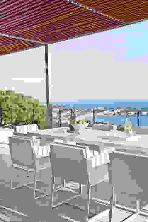 Дом в Сагаро, Испания. Террса. IND Archdesign. Терраса в средиземноморском стиле от IND Archdesign Средиземноморский