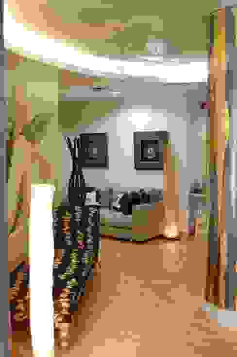 Escaparate y entrada: Vestíbulos, pasillos y escaleras de estilo  de Gramil Interiorismo II - Decoradores y diseñadores de interiores ,