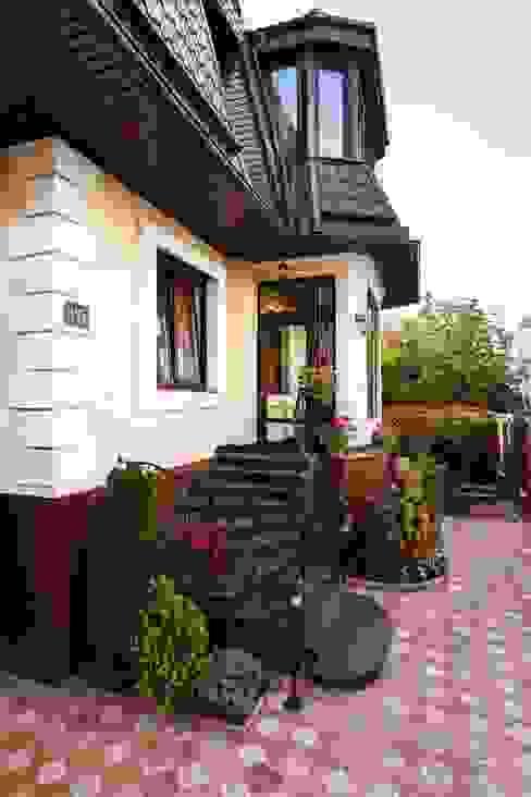 Rumah Klasik Oleh AGRAFFE design Klasik