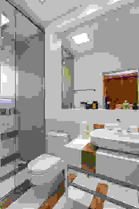 Baños de estilo moderno de Arquiteto Aquiles Nícolas Kílaris Moderno