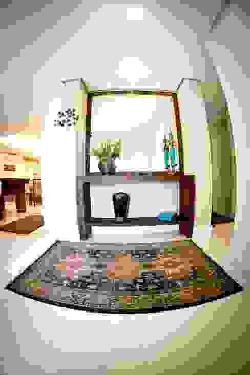 Asian style corridor, hallway & stairs by INOVA Arquitetura Asian