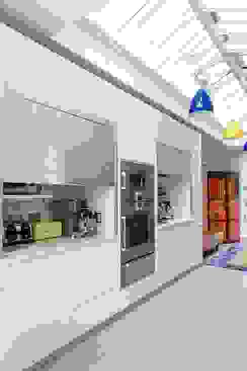 Richmond - A Kitchen in Three Movements 現代廚房設計點子、靈感&圖片 根據 Johnny Grey 現代風