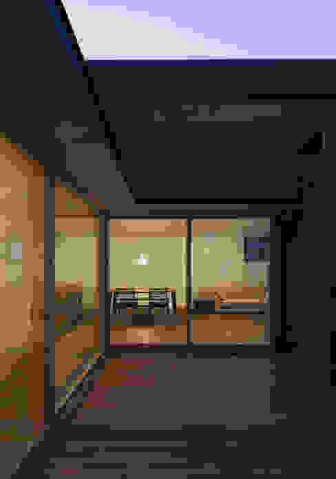 Balcones y terrazas de estilo moderno de アトリエ・ブリコラージュ一級建築士事務所 Moderno