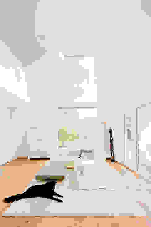 现代客厅設計點子、靈感 & 圖片 根據 Ferreira | Verfürth Architekten 現代風