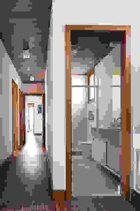Nowoczesny korytarz, przedpokój i schody od Seferin Arquitetura Nowoczesny