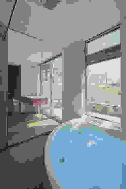 Spiral roof 現代浴室設計點子、靈感&圖片 根據 工藤宏仁建築設計事務所 現代風