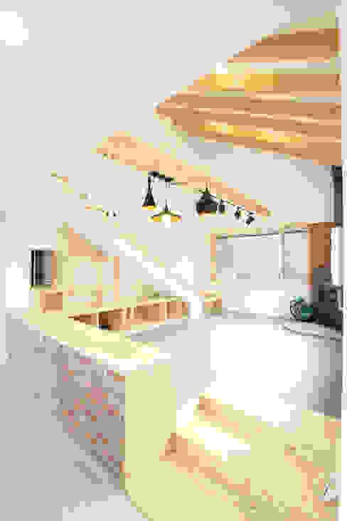 오픈천장의 까페같은 거실: 주택설계전문 디자인그룹 홈스타일토토의  거실