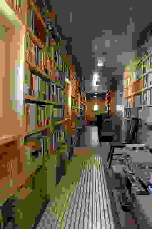 書庫1 オリジナルスタイルの 玄関&廊下&階段 の ばん設計小材事務所 オリジナル