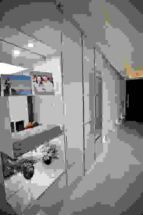 Pasillos, vestíbulos y escaleras modernos de Kali Arquitetura Moderno