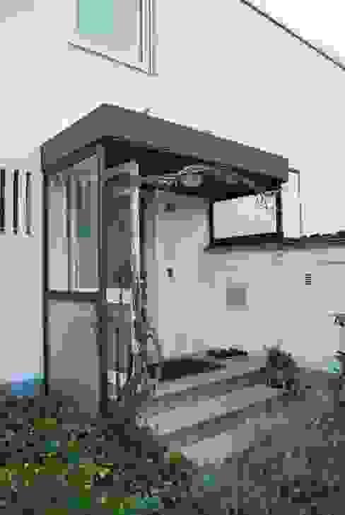Das Haus, das aus der Reihe tanzt von Ivo Nikolov Architekt Minimalistisch