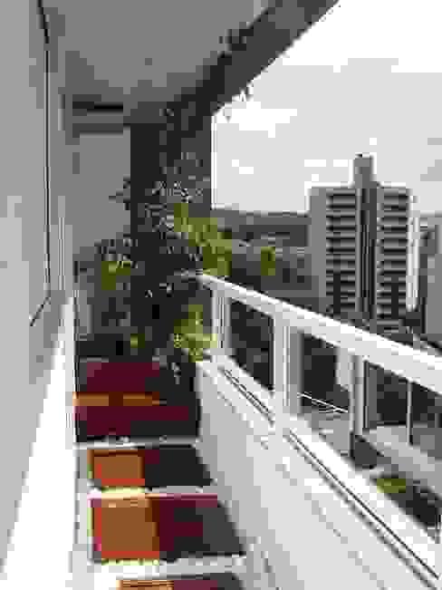 Modern balcony, veranda & terrace by Kali Arquitetura Modern