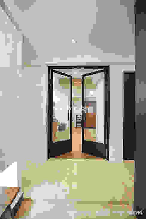 Pasillos, vestíbulos y escaleras de estilo moderno de MID 먹줄 Moderno