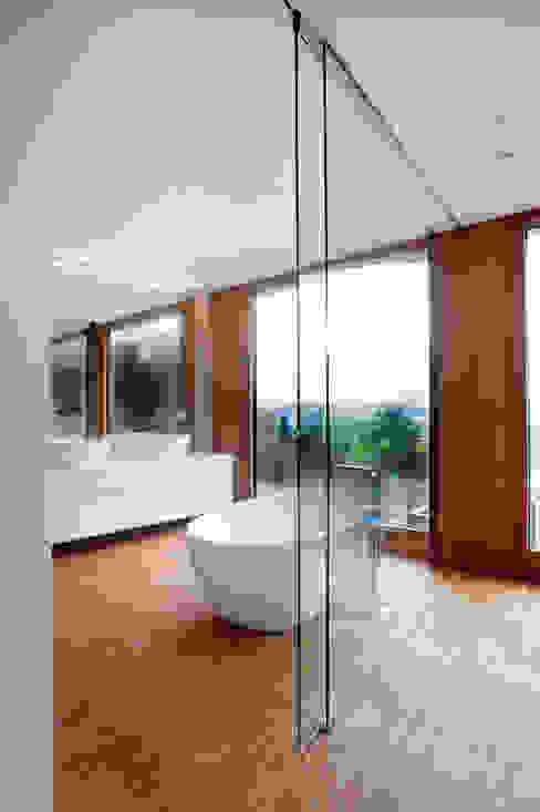 Moderne badkamers van STEINMETZDEMEYER architectes urbanistes Modern
