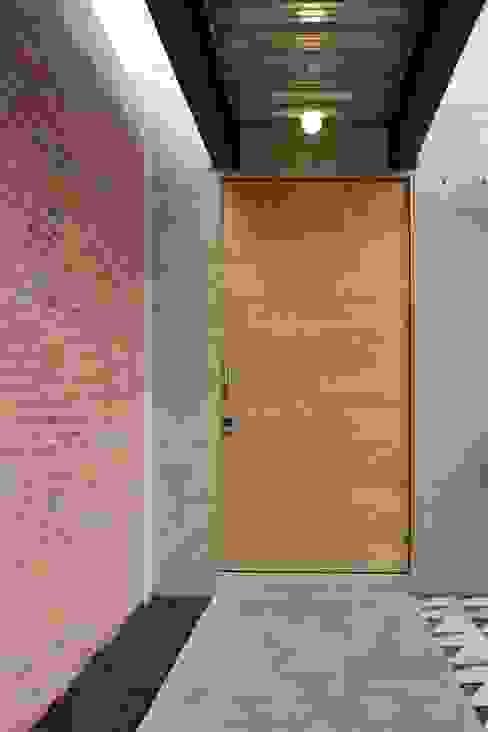Acceso Principal: Casas de estilo  por ludens, Moderno