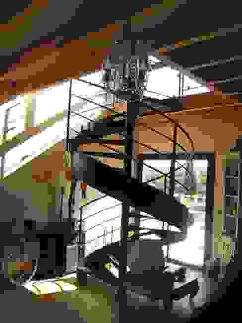 un escalier dans un puits de lumière Maisons modernes par casa architectes Moderne