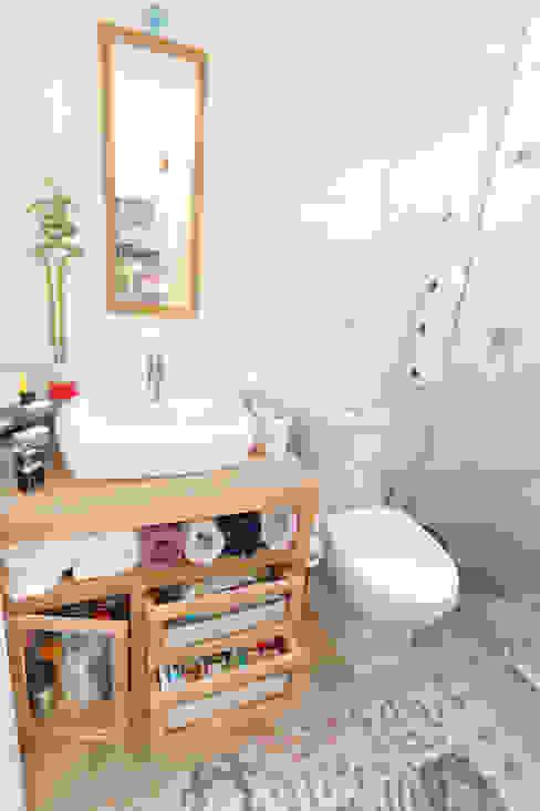 Minimalist style bathroom by Raphael Civille Arquitetura Minimalist
