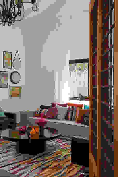 Salones tropicales de Marcos Contrera Arquitetura & Interiores Tropical