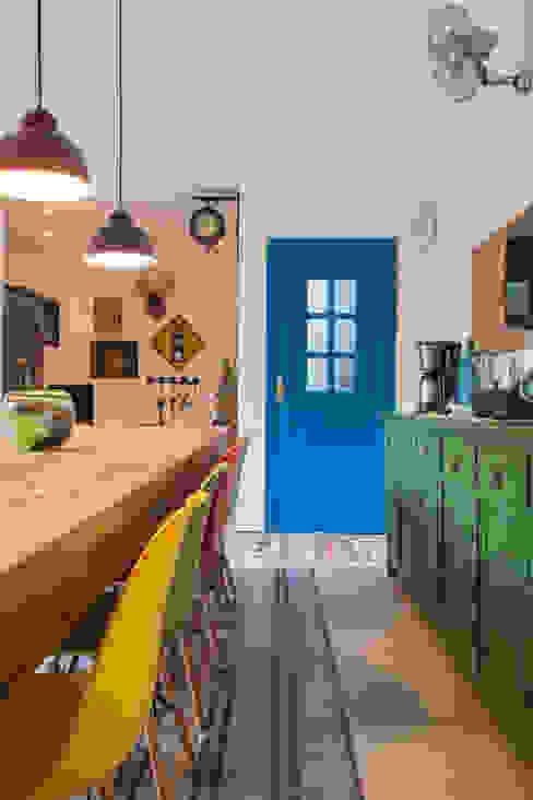 Nhà bếp phong cách nhiệt đới bởi Marcos Contrera Arquitetura & Interiores Nhiệt đới