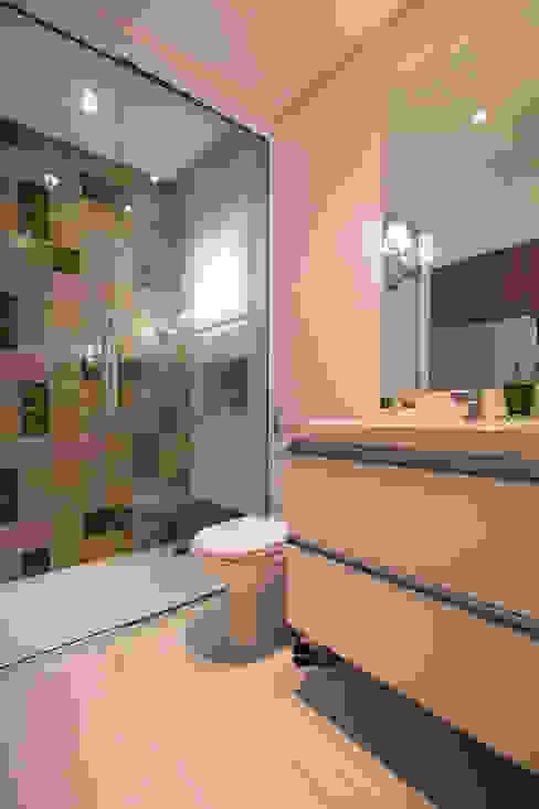 Residencia de Surfista: Banheiros  por Marcos Contrera Arquitetura & Interiores