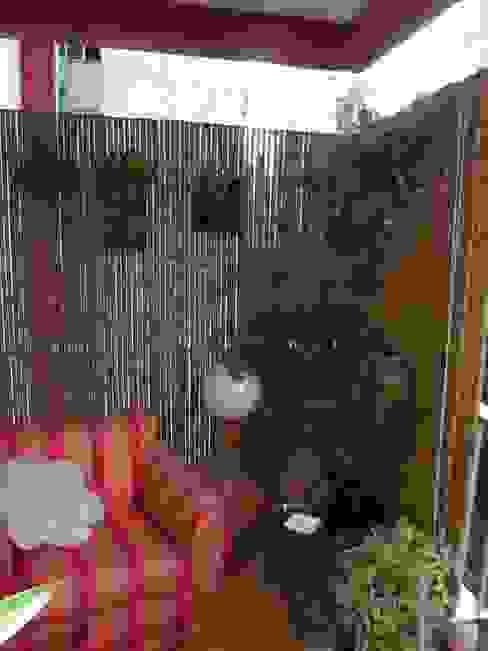 Cercas e painéis de bambu para áreas internas e externas.: Terraços  por Bambu Rei Eco-Design