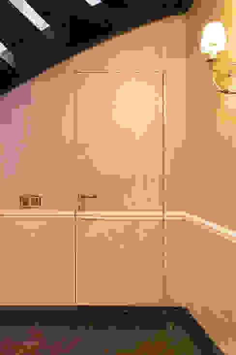 Двери дубовые межкомнатные с карнизом :  в современный. Автор – Lesomodul, Модерн