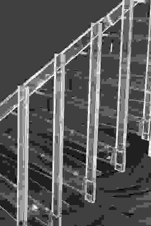 Detail der fertigen Stufen Glaserei Schmitt Moderner Flur, Diele & Treppenhaus