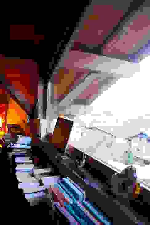 un appartement dans une grange sur trois niveaux, en Savoie Chambre rurale par atelier choron pellicier Rural