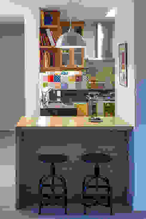 Kitchen by Raquel Junqueira Arquitetura, Modern