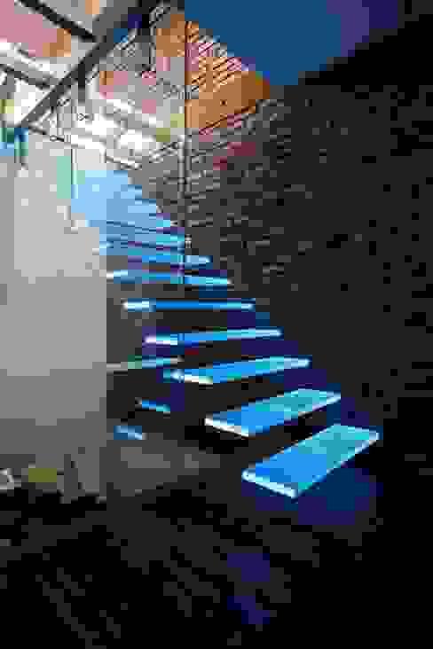 Vestíbulos, pasillos y escaleras de estilo  por KAISER Schody Sp. z o.o.,