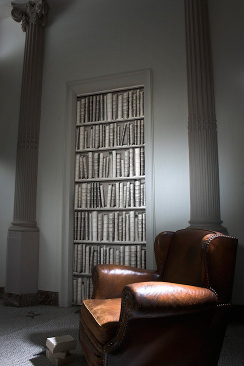 La magie du trompe-l'oeil pour déguiser votre porte ! par Mon Entrée Design.com Moderne