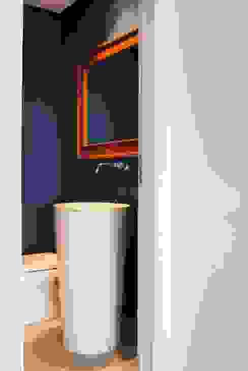 Modern bathroom by Gisele Emery Arquitetura Modern