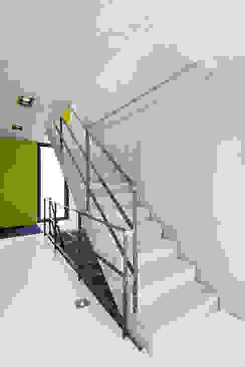 Einfamilienhaus KN08 auf dem Schurwald Moderner Flur, Diele & Treppenhaus von Schiller Architektur BDA Modern