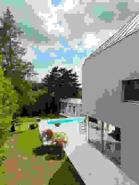 Projekty,  Ogród zaprojektowane przez Moser Architects, Minimalistyczny