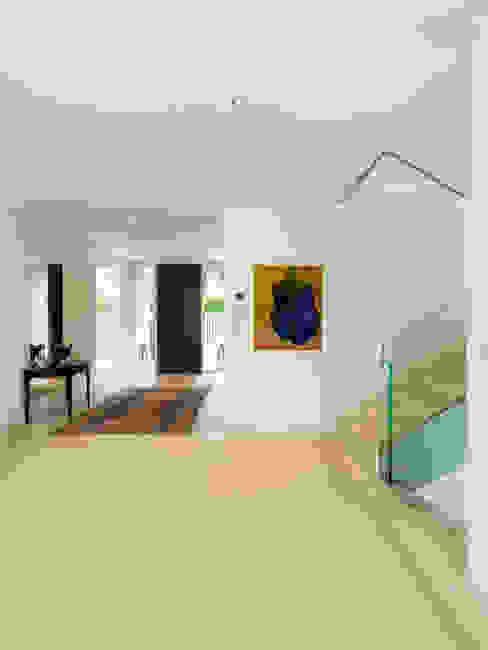 Projekty,  Korytarz, przedpokój zaprojektowane przez Moser Architects, Minimalistyczny