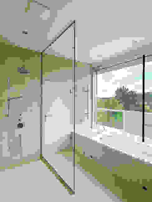 Projekty,  Łazienka zaprojektowane przez Moser Architects, Minimalistyczny