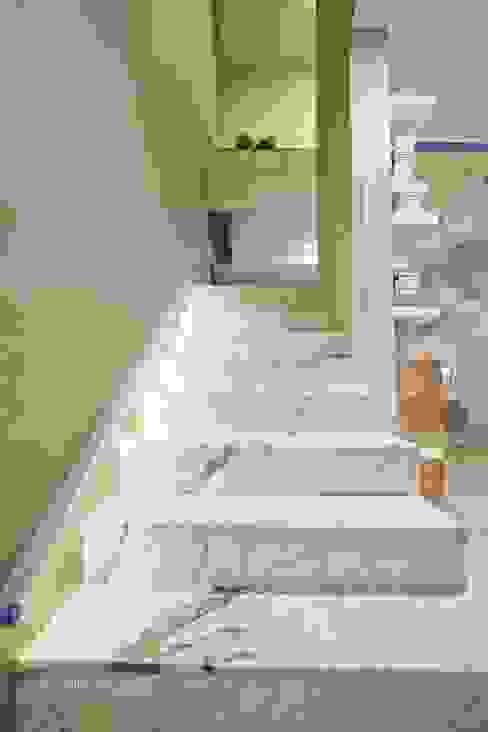 HOUSE WITH A PERSPECTIVE Nowoczesny korytarz, przedpokój i schody od SARNA ARCHITECTS Interior Design Studio Nowoczesny
