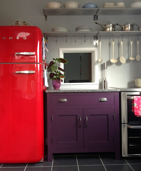 Small kitchen, big bold colour! Cocinas de estilo ecléctico de Hallwood Furniture Ecléctico