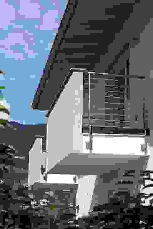 Casa Rialti, un mix tra innovazione e tradizione STP srl Balcone, Veranda & Terrazza in stile moderno