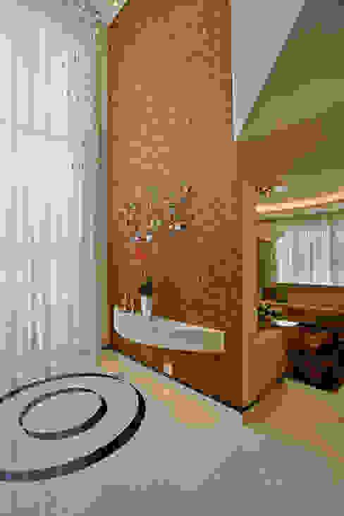 Nowoczesny korytarz, przedpokój i schody od Designer de Interiores e Paisagista Iara Kílaris Nowoczesny
