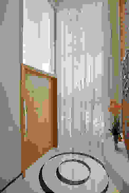 ห้องโถงทางเดินและบันไดสมัยใหม่ โดย Designer de Interiores e Paisagista Iara Kílaris โมเดิร์น