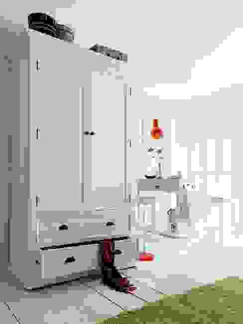 Biała szafa mahoniowa Halifax: styl , w kategorii  zaprojektowany przez Seart,Skandynawski