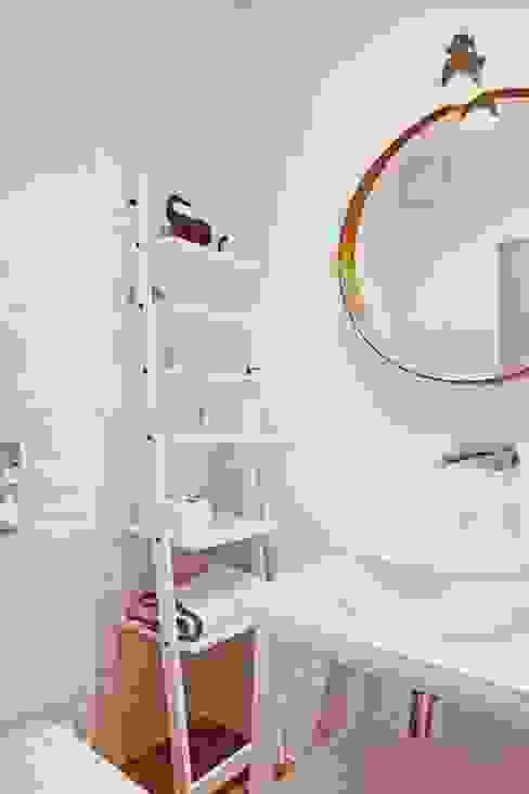 mała biała łazienka gościnna w szafie - projekt i realizacja Anyform anyform Skandynawska łazienka